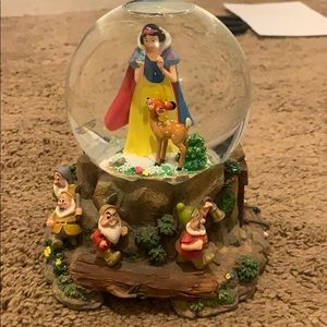 Disney Snow White and Seven Dwarfs Snow Globe